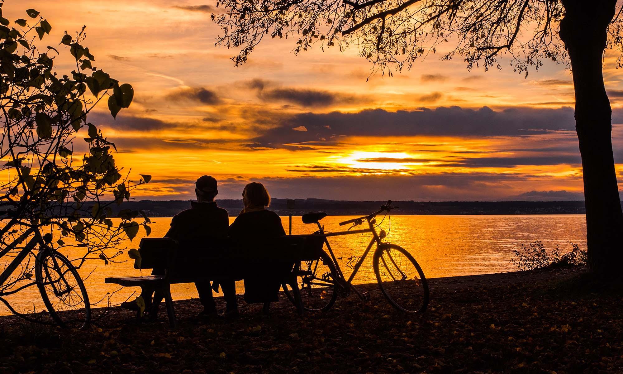 Paar bei Sonnenuntergang am See